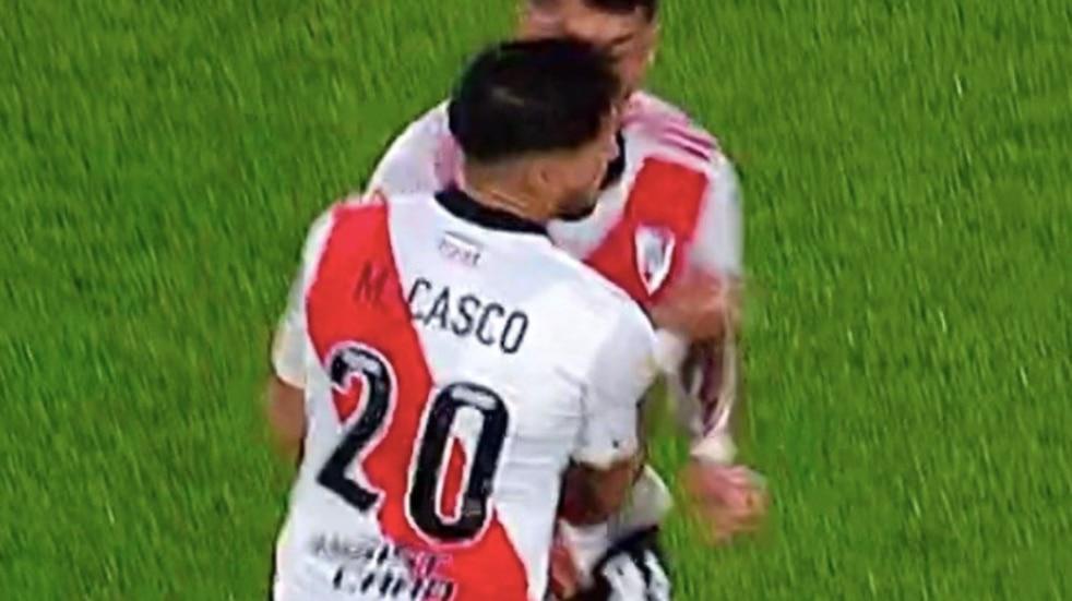 Durísimo golpe entre Milton Casco y Enzo Pérez en el duelo entre River y Vélez