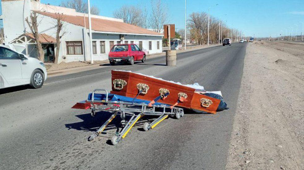 Quién estaba dentro del ataúd que se cayó del coche fúnebre en plena ruta en Neuquén