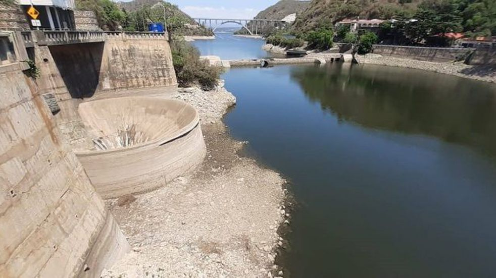 La impactante y desoladora imagen del dique San Roque en plena emergencia hídrica
