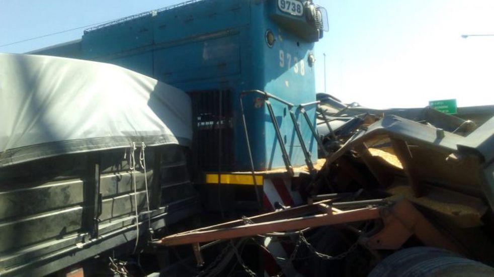 Un tren chocó y destrozó un camión de cereales cerca de la ruta A012