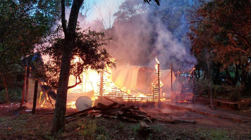 Un foco de incendio incineró una vivienda por completo en Colonia Alberdi