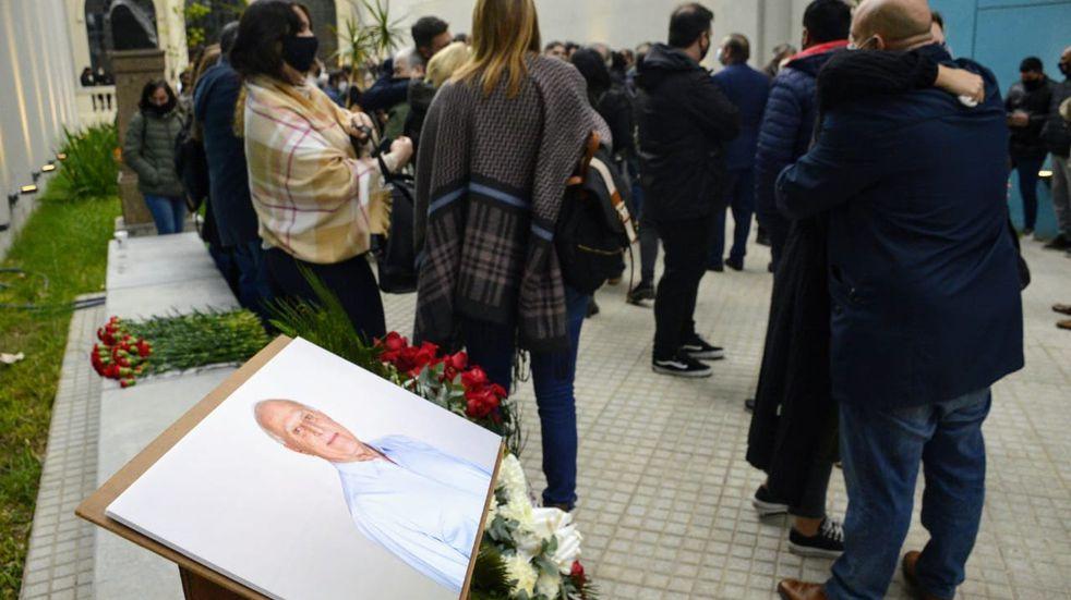 Sin velorio, conocidos y allegados de Miguel Lifschitz lo despiden en la Biblioteca Argentina