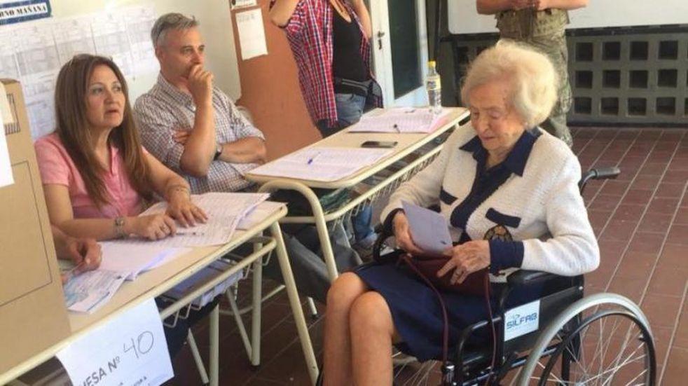 Tiene 101 años y fue una de las primeras en ir a votar