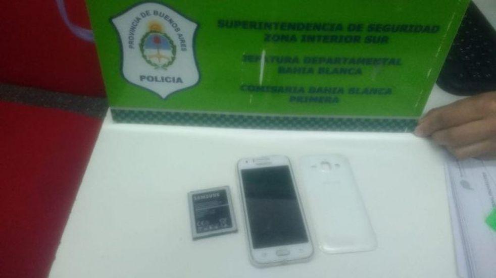 Entró a vender bolsas de residuos a una peluquería y ante la negativa, se robó un celular