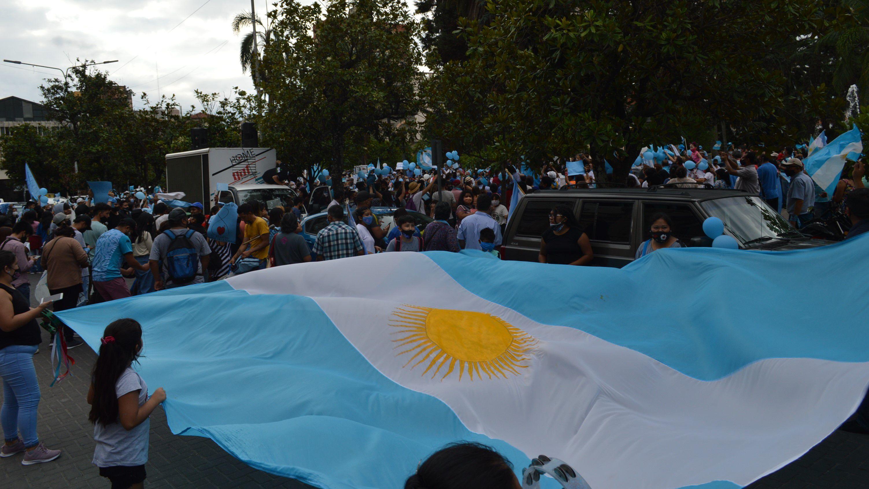 Una enorme bandera argentina fue desplegada en la plaza Belgrano, frente a la casa de Gobierno, en la marcha por el #28N en Jujuy.