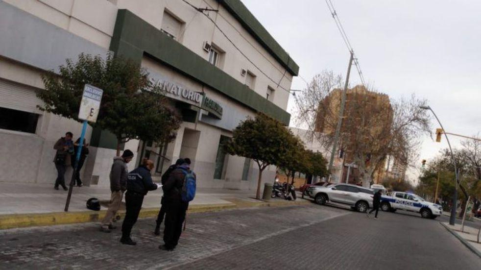 Increíble: atropellaron a una anciana frente a un sanatorio y ningún médico la asistió