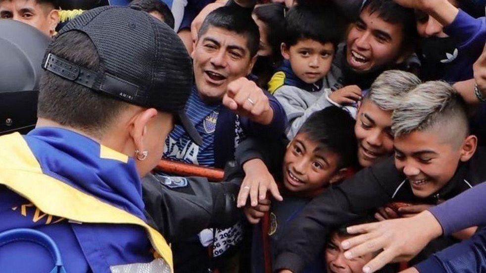 Marcos Rojo le regaló su barbijo a un nene santiagueño.