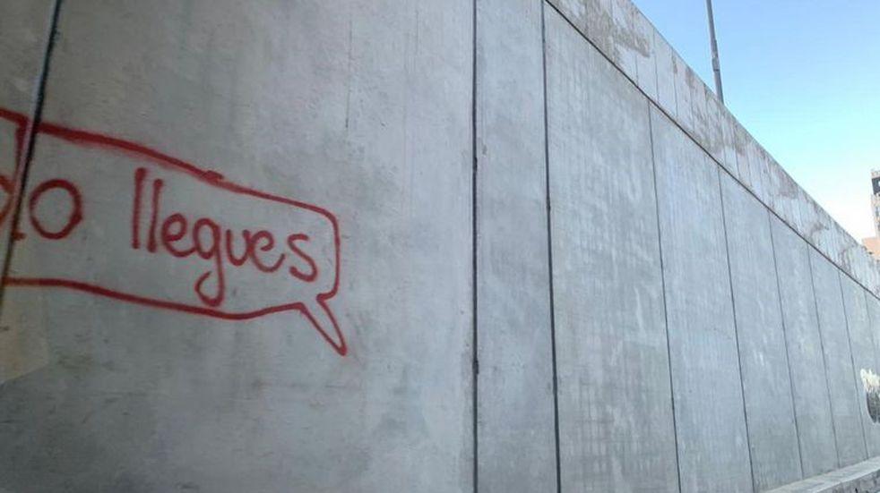 Aparecieron grafittis en el flamante túnel de la Plaza España