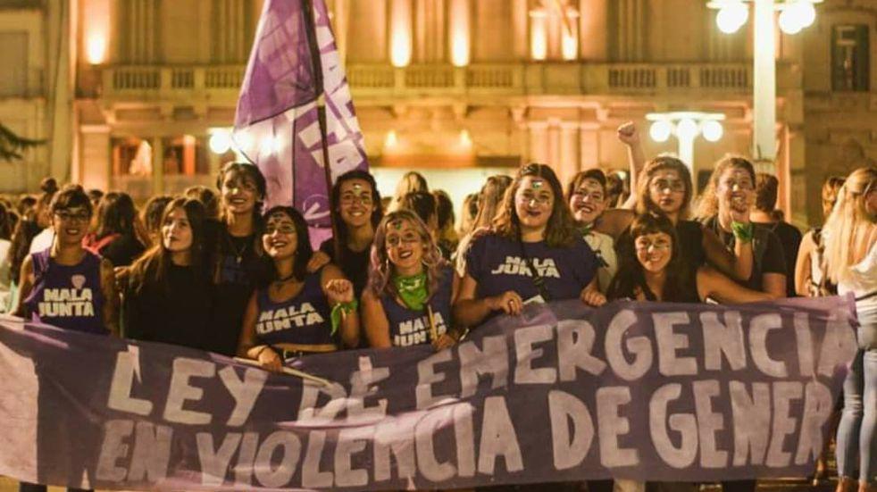 Agrupaciones feministas marchan contra la violencia machista en Azul