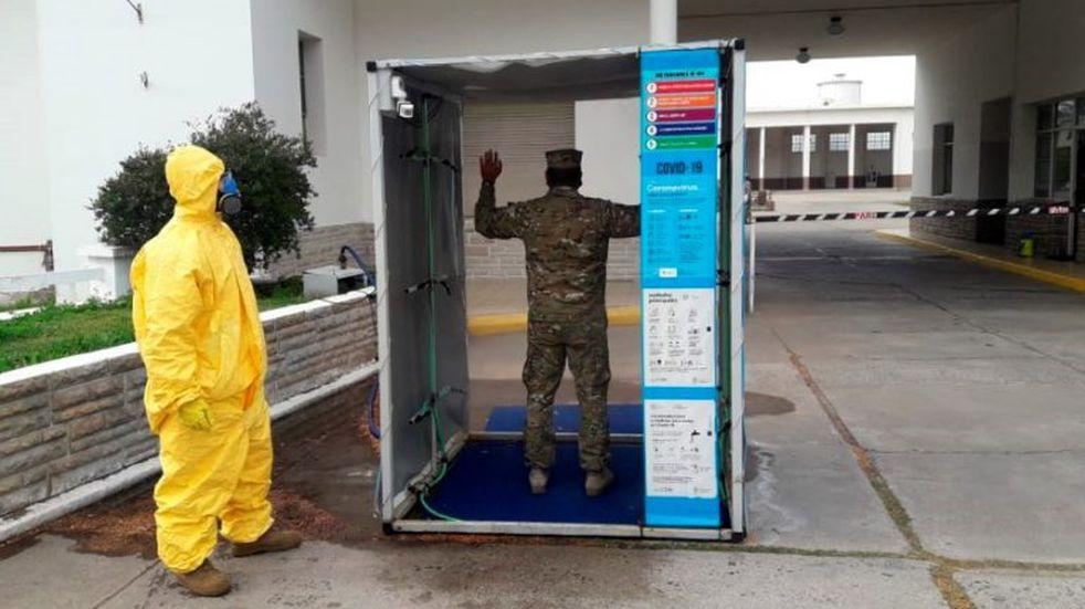 Fabricaron estaciones móviles para la descontaminación del personal