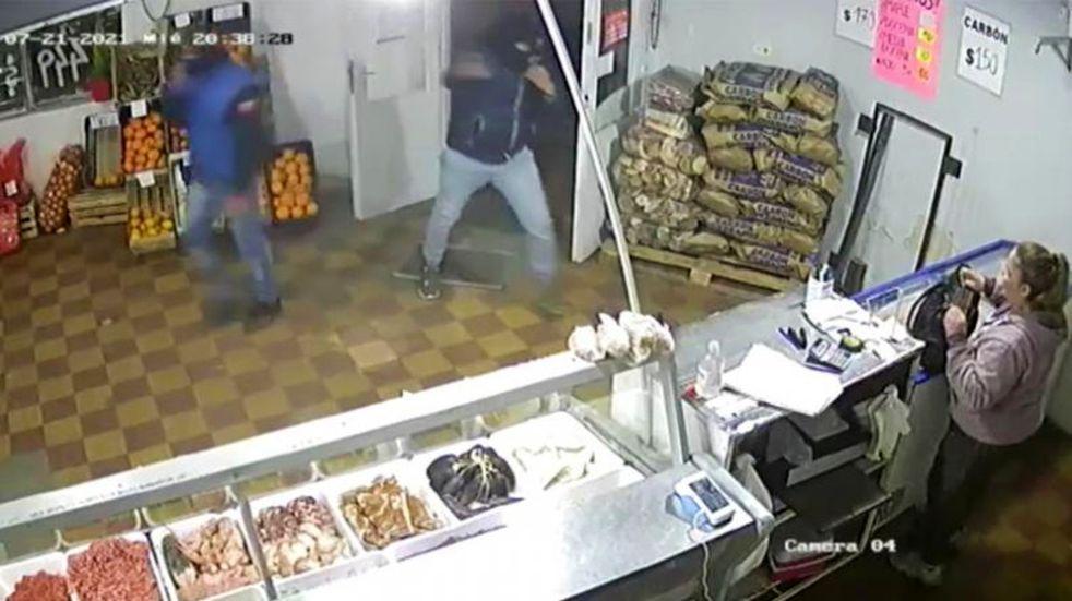 Video: golpe a mano armada en una carnicería, en Córdoba