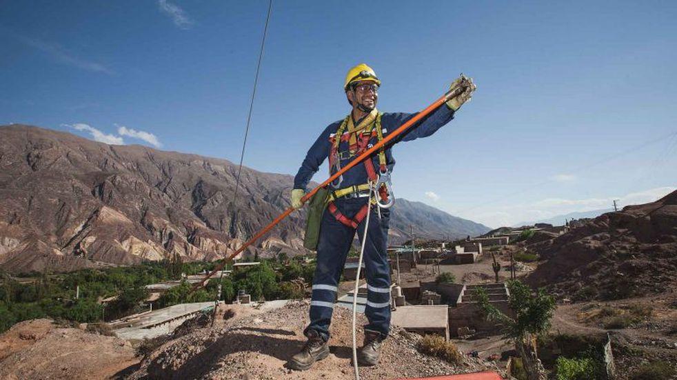 Trabajador de redes eléctricas, en Jujuy
