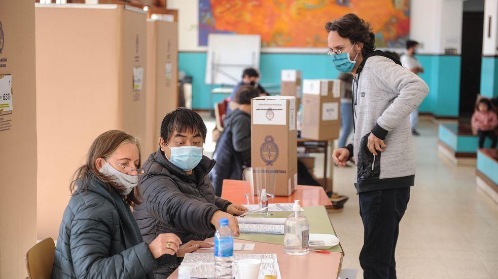 Largas filas, demoras y la participación más baja en las PASO: lo que dejó la votación en pandemia