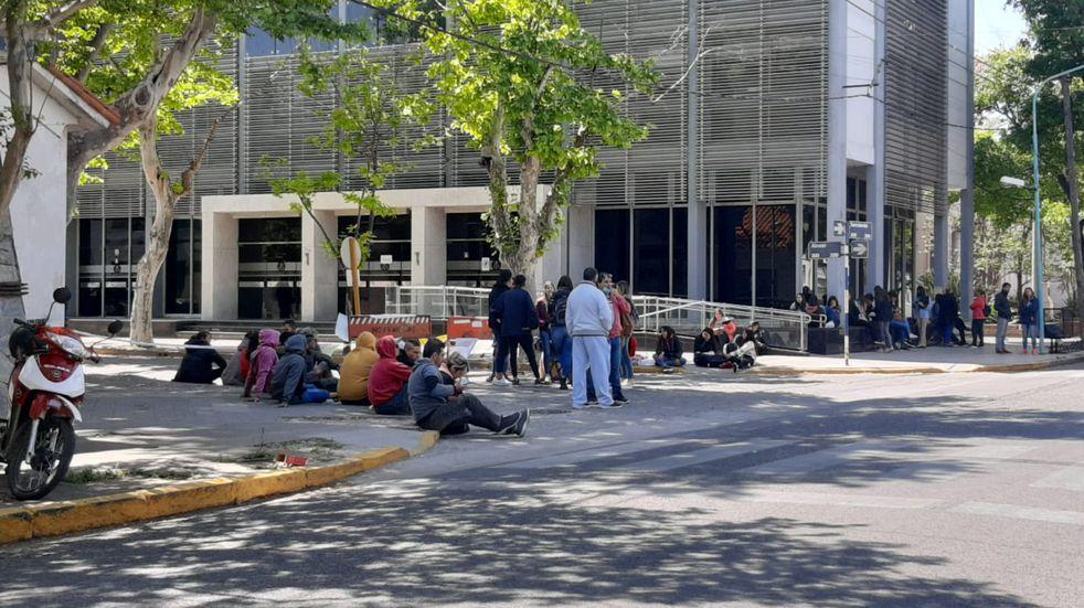 Manifestación fuera de los tribunales rafaelinos pidiendo la libertad de los acusados de una violación en manada en Pilar, en 2018