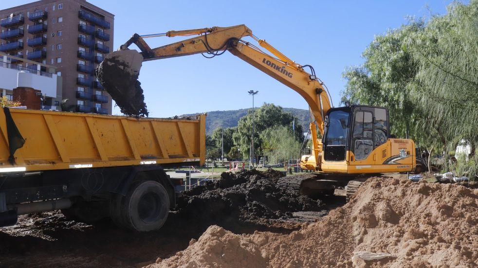 Con una inversión de más de dos millones de pesos, reemplazan viejo desagüe en barrio El Cucú