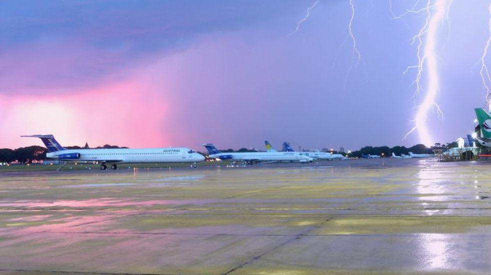 Un rayo impactó en el sistema de aterrizaje de Aeroparque