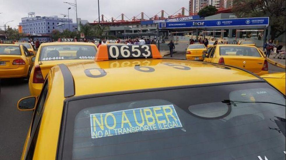 Detienen a un chofer de Uber en Córdoba y le secuestraron el vehículo