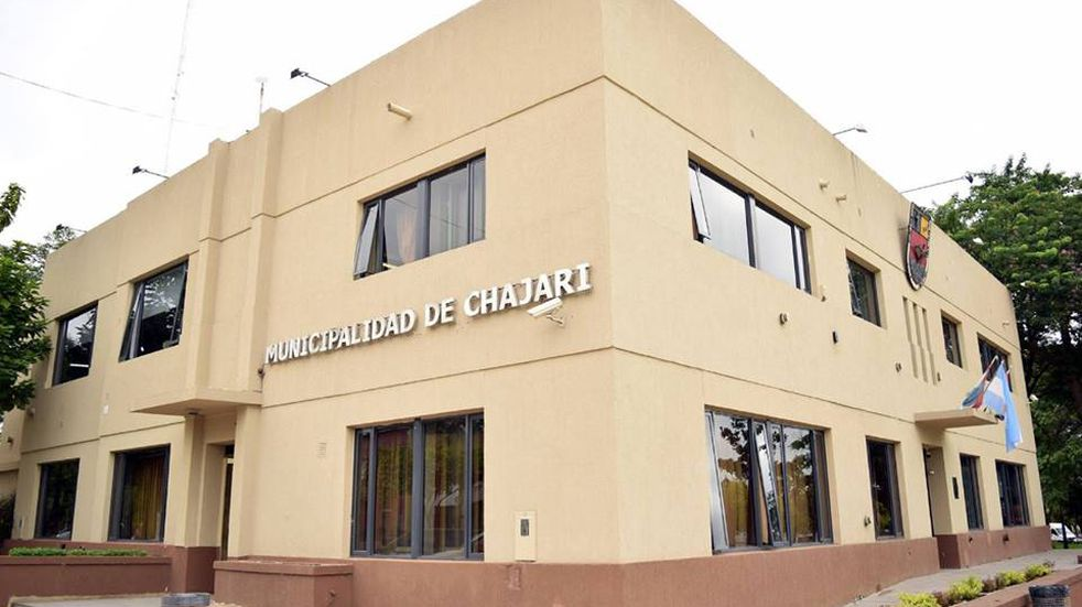 En rechazo a las nuevas restricciones, un grupo de personas prendió fuego frente al municipio de Chajarí