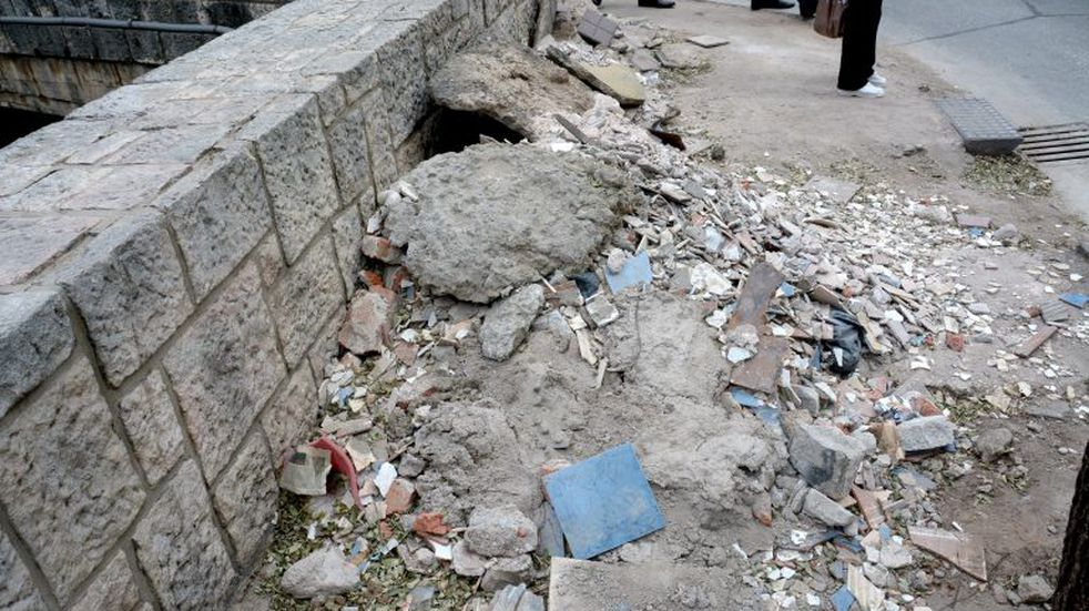 Desconsiderados dejan escombros en plena Cañada