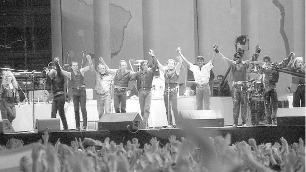Sting, Peter Gabriel, Bruce Springsteen, Tracy Chapman y Youssou N'Dour pisaron el inmenso escenario que se montó sobre el Malvinas Argentinas