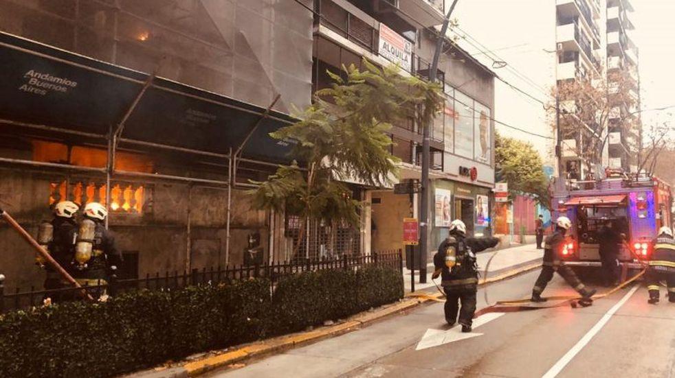 Hubo un incendio en la vereda de una sucursal porteña del Banco Nación