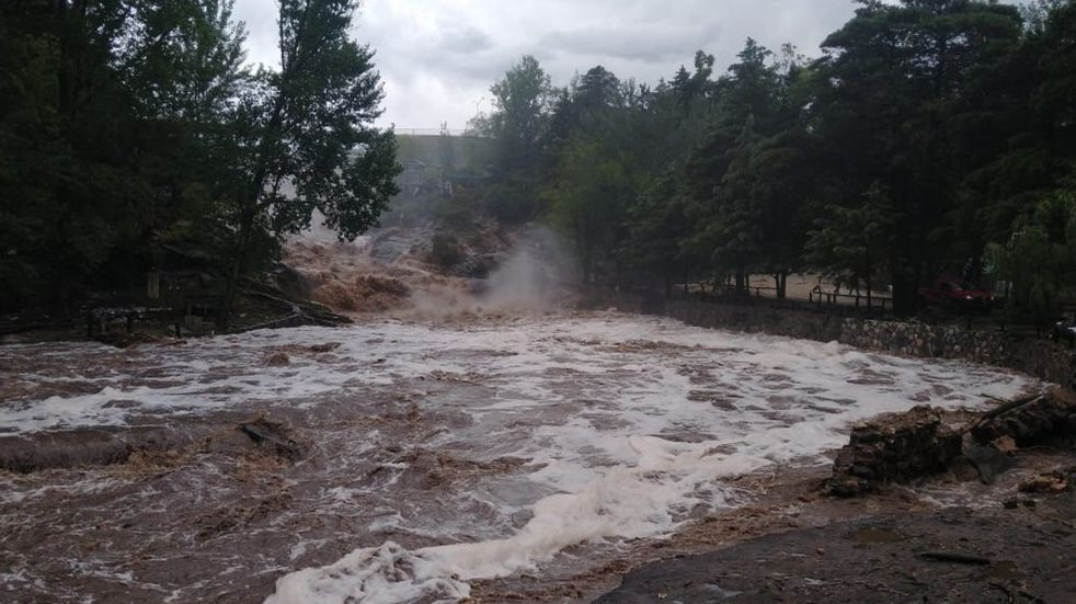 Calamuchita: quisieron cruzar el vado y el río les quitó el auto
