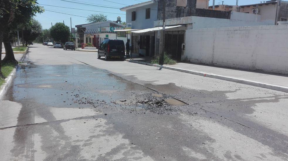 La Calera: vecinos reclaman por bache y pérdida de agua