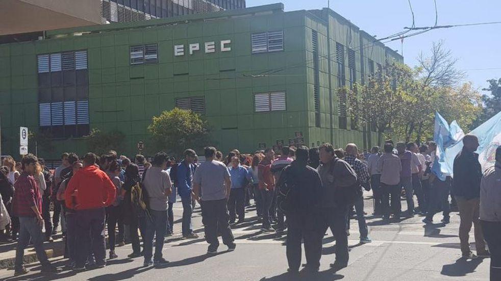 Se movilizan empleados de Epec por conflictos laborales