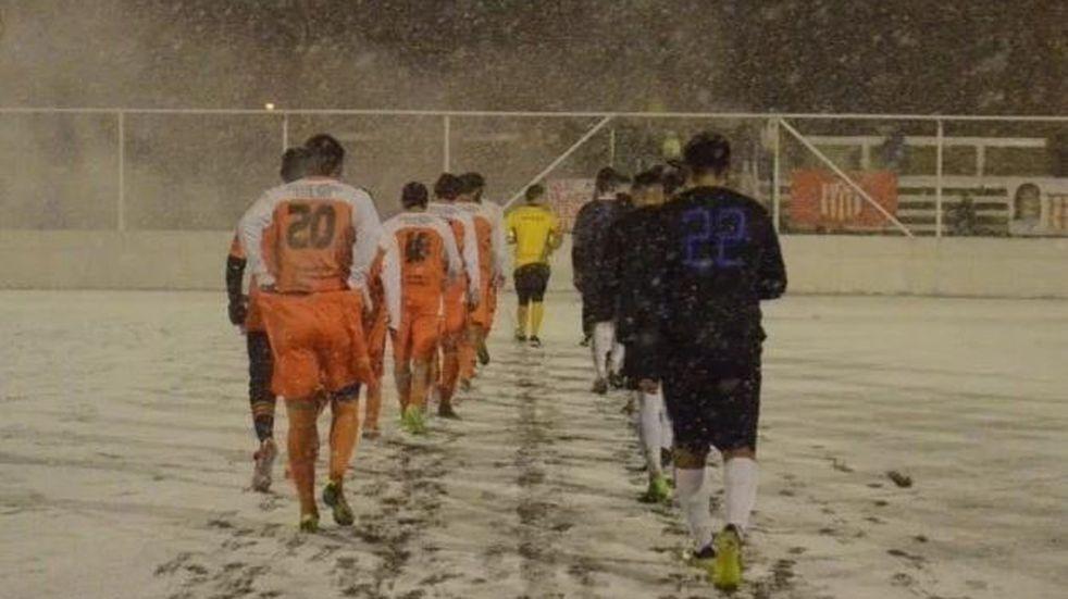 Neuquén: se jugó una semifinal con nieve en Junín