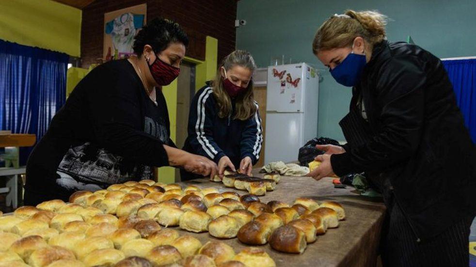 Amasan tortitas y pan para asistir a los merenderos de Alvear