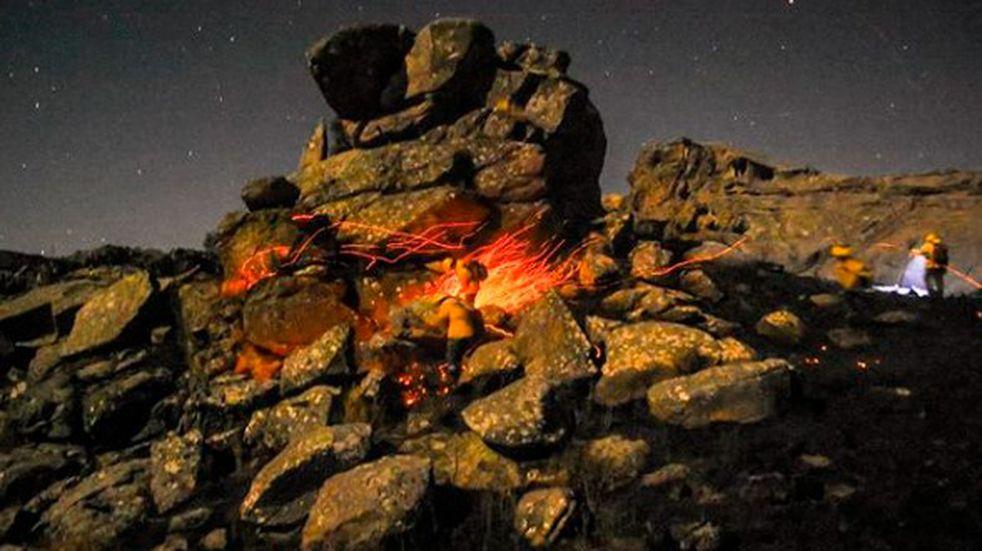 """Charly Soto documentó el arduo trabajo de la brigada forestal """"Defensa Verde"""" en plena noche para sofocar el incendio de la Quebrada del Condorito"""