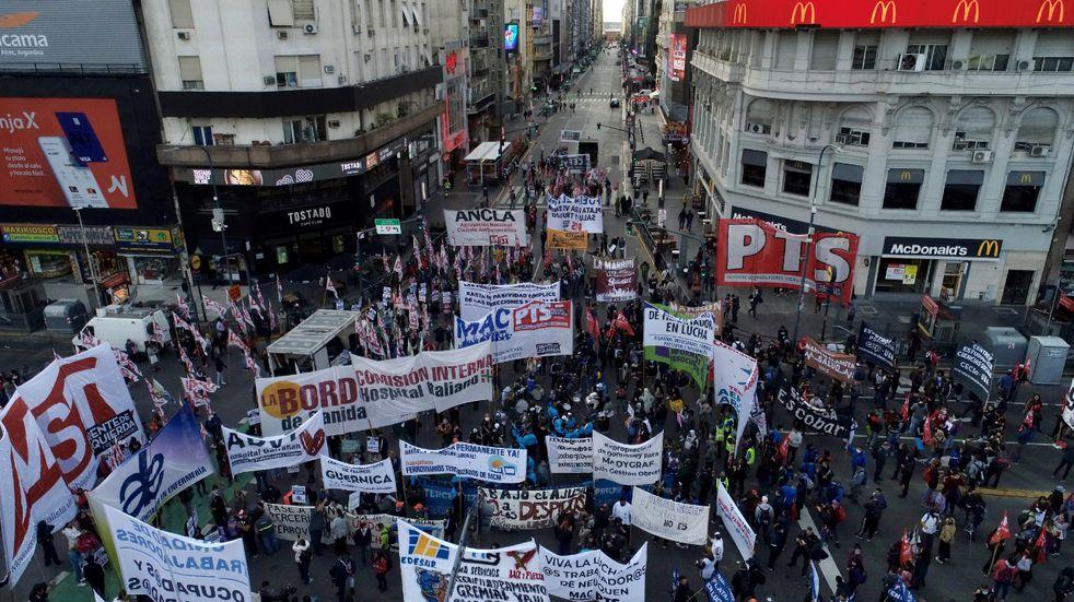 Organizaciones sociales cortaron el Obelisco y marcharon hacia el Ministerio de Trabajo