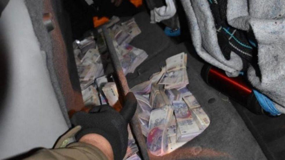 Obereños transportaban 4 millones de pesos ocultos en su camioneta y fueron demorados