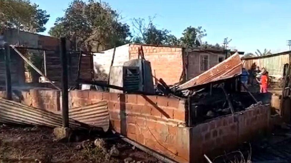 Voraz incendio dejó solo con lo puesto a una madre y sus hijos