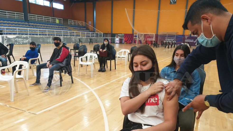 A partir de este jueves, los jóvenes de 17 años sin enfermedades preexistentes, ya podrán vacunarse en la Provincia de Buenos Aires. Foto Vía País.