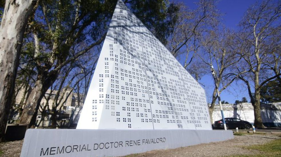 Restauran el monumento en honor a Favaloro, a 20 años de su muerte