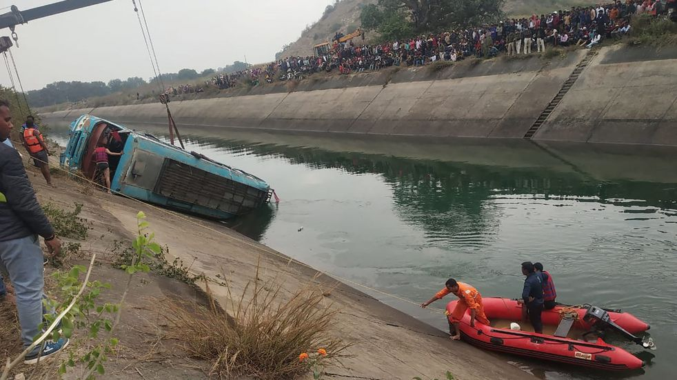 Tragedia en India: aumentan a 45 los muertos tras la caída de un micro en un canal