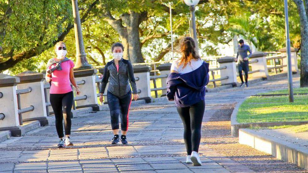 Caminar hacia atrás y los múltiples beneficios que tiene para la salud