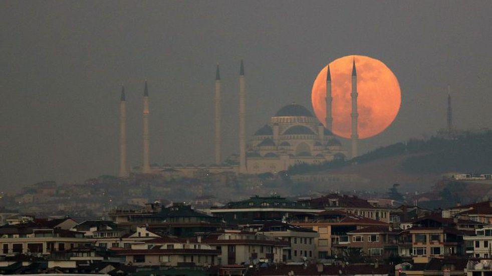 """Este lunes hay """"superluna de gusano"""": qué es y cómo verla"""
