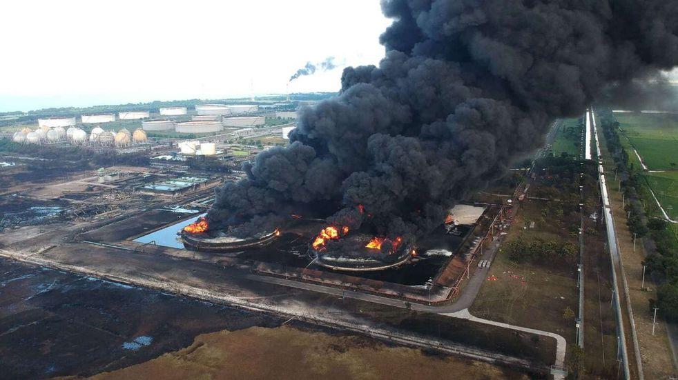 Feroz incendio en una refinería en Indonesia: hay 20 heridos y 1000 evacuados