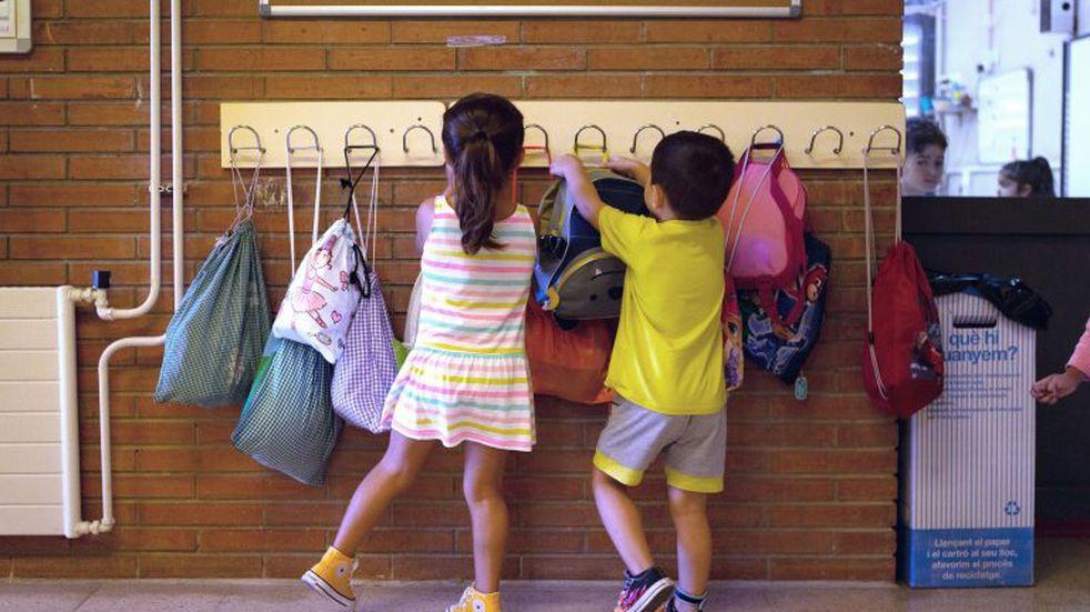 Organizan una campaña para donar medias a un colegio del barrio La Gloria