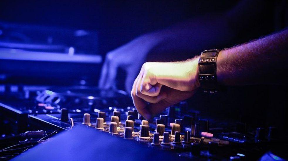 Un DJ pasa música desde su balcón en Italia y hace bailar a sus vecinos en cuarentena