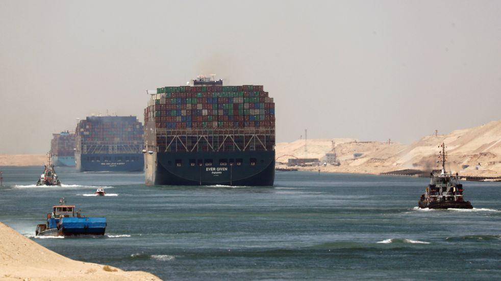 El Ever Given volvió a navegar tras estar retenido casi cuatro meses en el canal de Suez