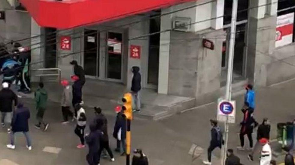 Enfrentamiento en pleno centro de Avellaneda entre barras de Independiente
