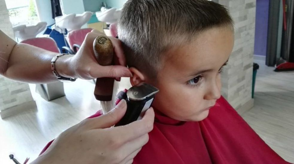 Cortes de pelo gratuitos para niños y adultos de El Manzano