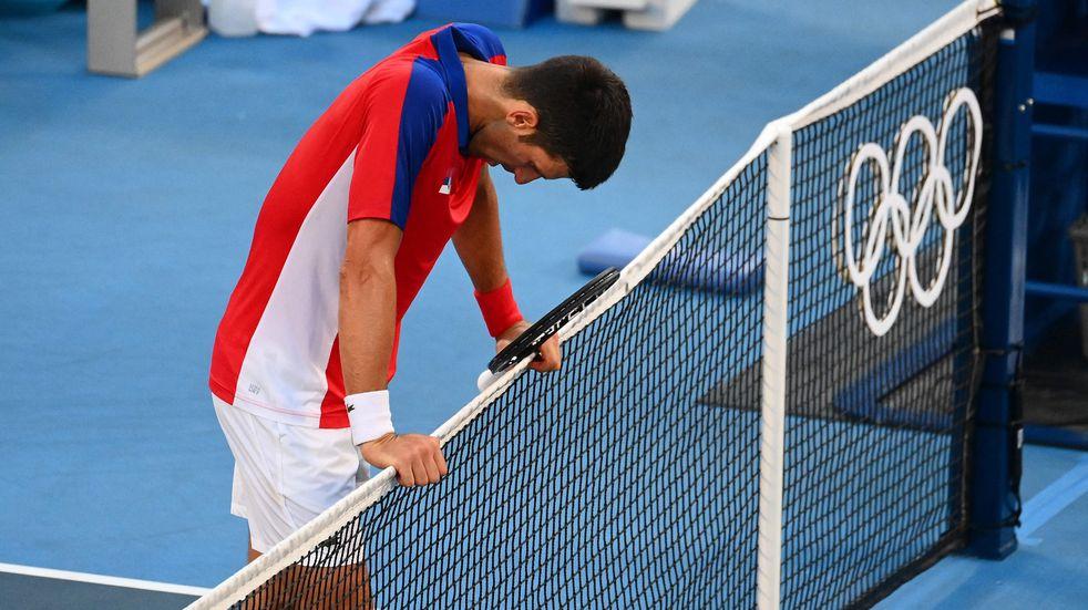 Djokovic estalló de bronca al perder el bronce olímpico y destrozó su raqueta