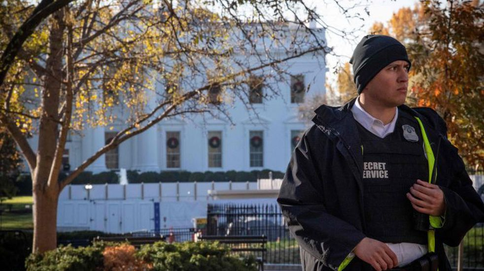 A uniformed Secret Service officer patrols the grounds at the White House in Washington, DC, on November 26, 2019, during a lockdown following an air space violation. (Photo by Eric BARADAT / AFP)