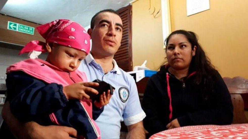 Su hijita de tres años tiene leucemia y él pide trabajo para pagar los gastos