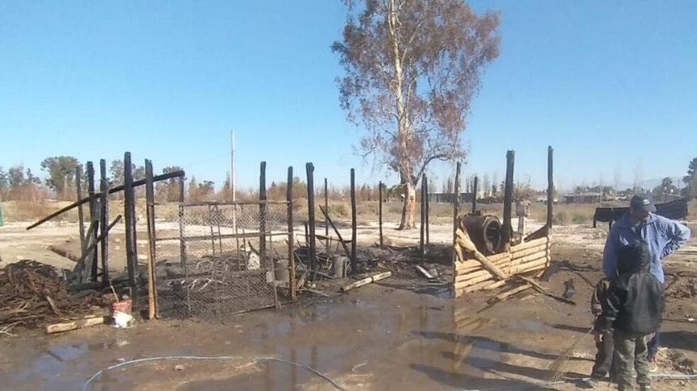 Un matrimonio y 5 hijos quedaron en la calle luego de un incendio en Corralitos: Cómo ayudar