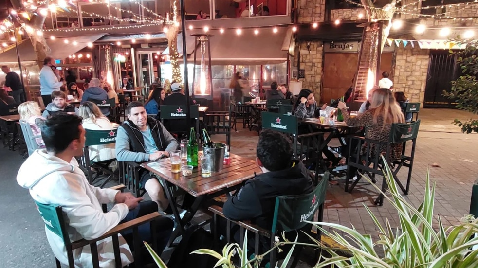 Ciudad: el primer día de apertura nocturna para bares y restaurantes estuvo colmado de gente